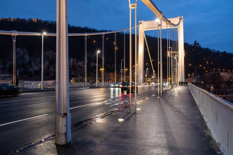 Biltrafik på Elisabeth Bridge, Budapest royaltyfri foto