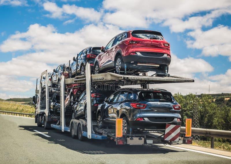 Biltransport som är rörande på en väg royaltyfri fotografi