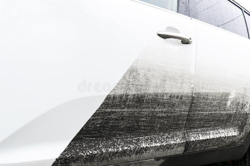 Biltvättservice före och efter som tvättar sig Före och efter rengörande underhåll Halva delad bild före och efter effekt Ca arkivbild