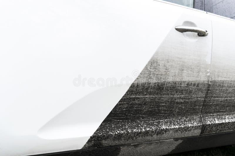 Biltvättservice före och efter som tvättar sig Före och efter rengörande underhåll Halva delad bild före och efter effekt W royaltyfria foton