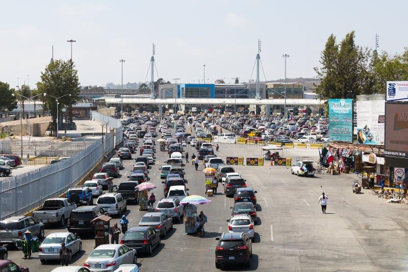 Bilväntan i linjer att korsa gränsen från Tijuana till San Diego arkivbild