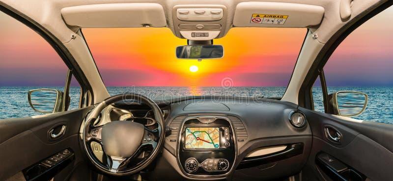 Bilvindrutasikt av den sceniska solnedgången på medelhavet arkivfoton