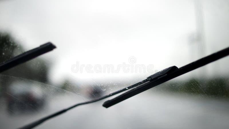 Bilvindrutetorkare i det regniga vädret arkivfoton