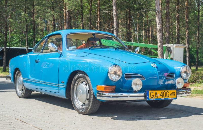 BilVolkswagen Karman Ghia för tappning klassisk främre sikt arkivfoton