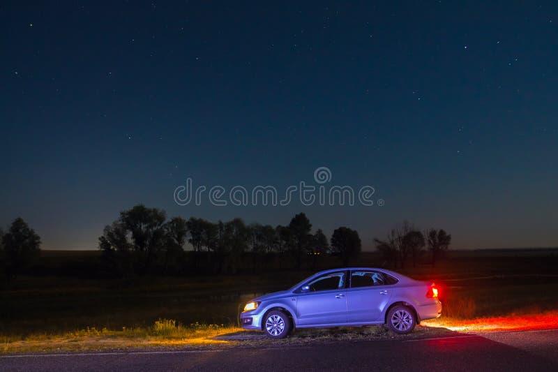 BilVolkswagen Polo Vento sedan under den stjärnklara himlen Dobrush B royaltyfri bild