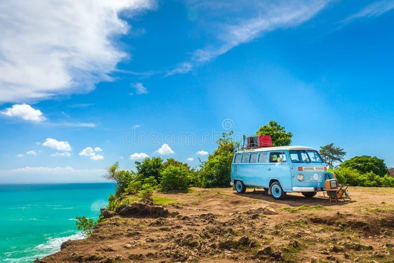 BilVolkswagen skåpbil hippie för härlig tappning retro minibuss med loppresväskan royaltyfri foto