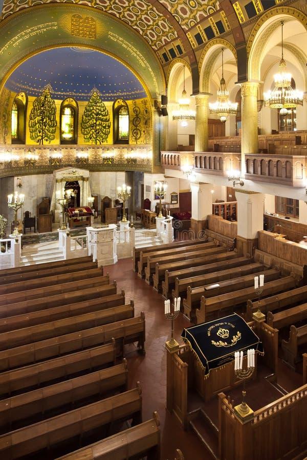 Bima almemar e l'interno della sinagoga, fatto di legno fotografia stock libera da diritti