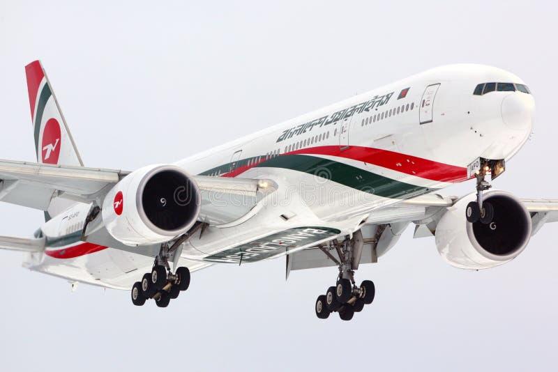 Biman Boeing 777-300 S2-AFO lądowanie przy Sheremetyevo internationa zdjęcia stock