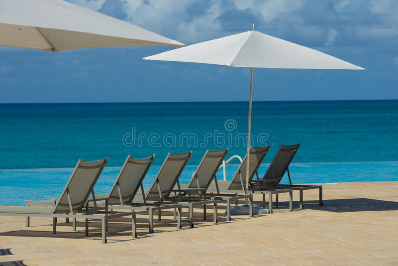 Bimini海岛看对海洋的海滩睡椅 库存图片