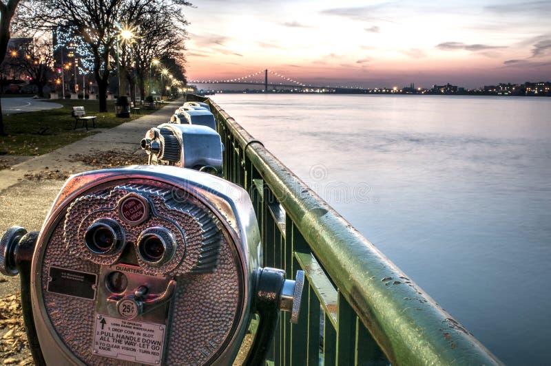 Binóculos ao longo do rio de detroit foto de stock
