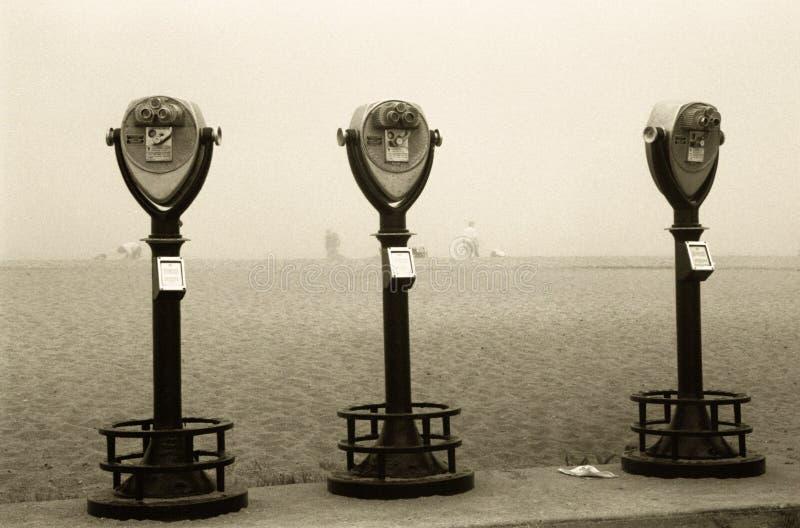 Binóculos retros na névoa da praia foto de stock royalty free