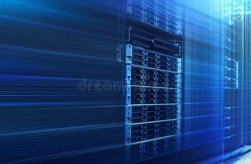 bin?r informationsstr?m om fl?de Begrepp av bladserveren, lagring, stora data modern värddatorskivminne med dataströmmen royaltyfri foto
