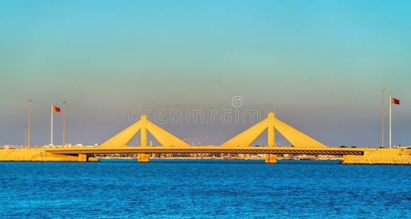 Bin Salman Causeway Bridge de Shaikh Isa que conecta Manama e Muharraq em Barém imagem de stock