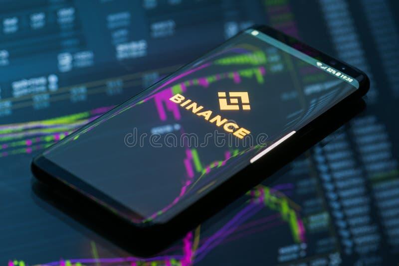 Binance在跑的流动app在智能手机 库存照片