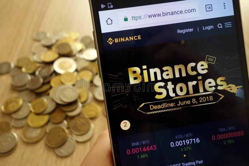 Binance cryptocurrency在智能手机和堆显示的交换网站硬币 图库摄影