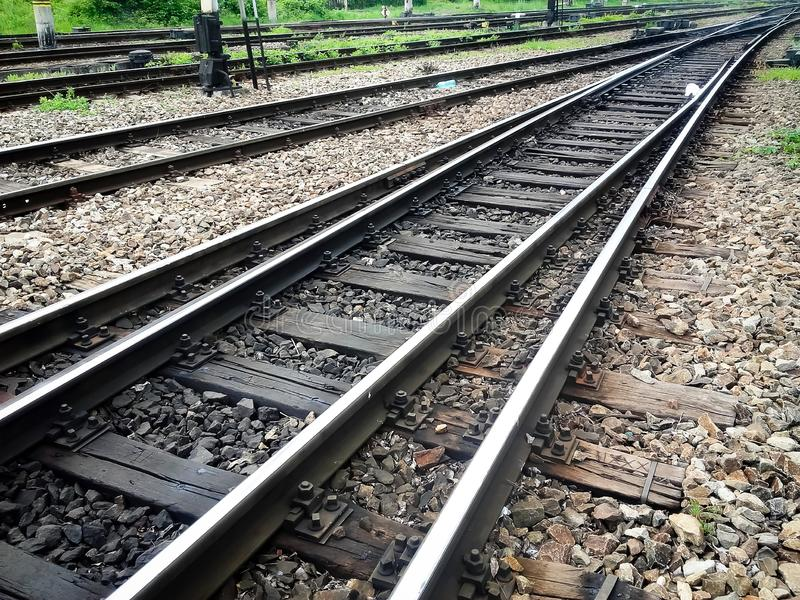 Binari ferroviari d'attraversamento in una stazione ferroviaria della città fotografie stock libere da diritti