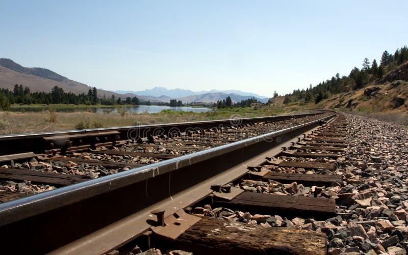 Binari ferroviari lungo il fiume immagini stock