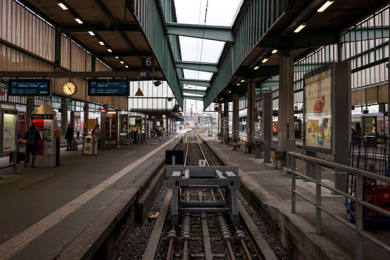 Binari ferroviari per i passeggeri d'imbarco e di sbarco dal treno alla stazione ferroviaria centrale immagini stock