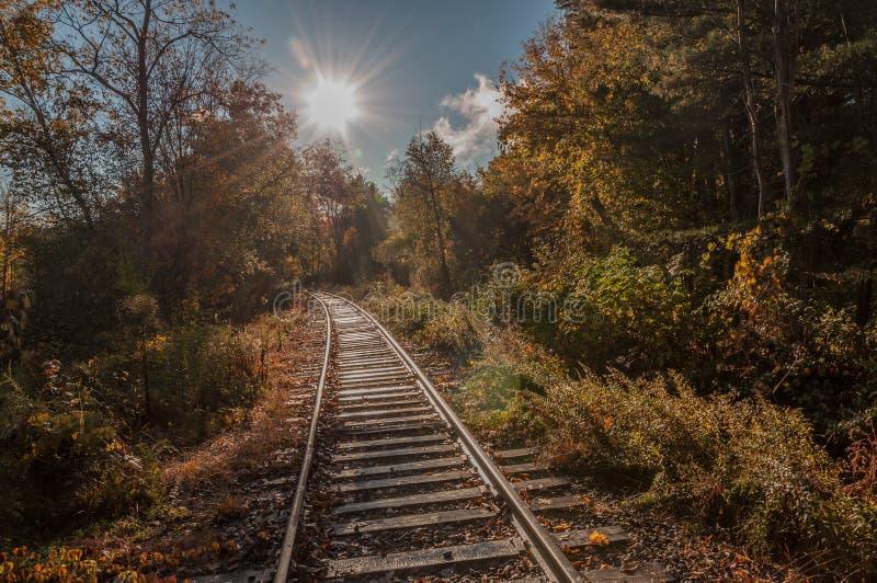 Binari verso il sole luminoso fotografie stock libere da diritti