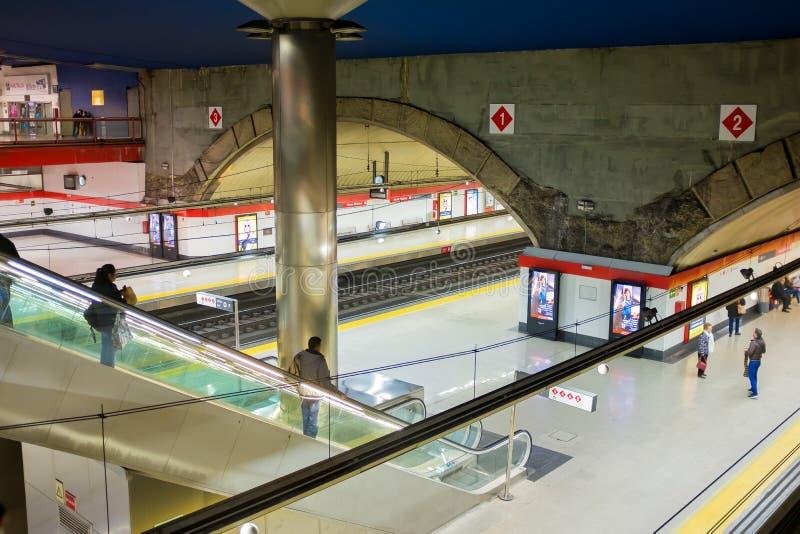 Binario della metropolitana di Madrid nella stazione di Chamartin fotografia stock libera da diritti