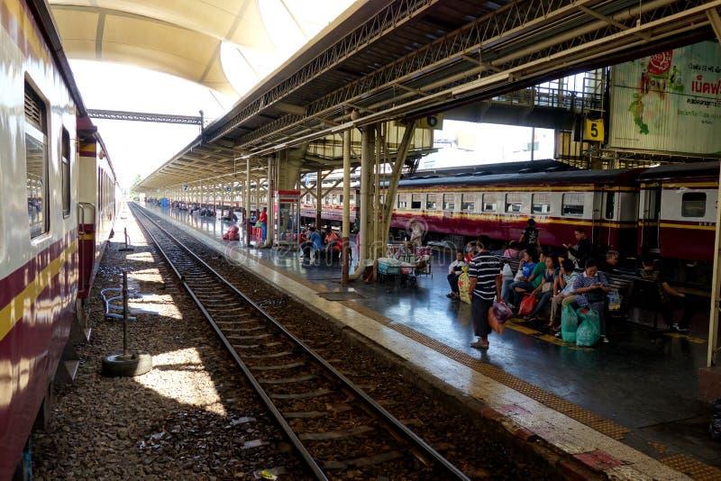 Binario della stazione ferroviaria a Ayutthaya Tailandia immagine stock