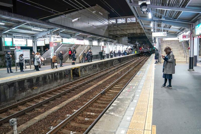 Binario della stazione ferroviaria di Sakaihigashi, Giappone fotografia stock