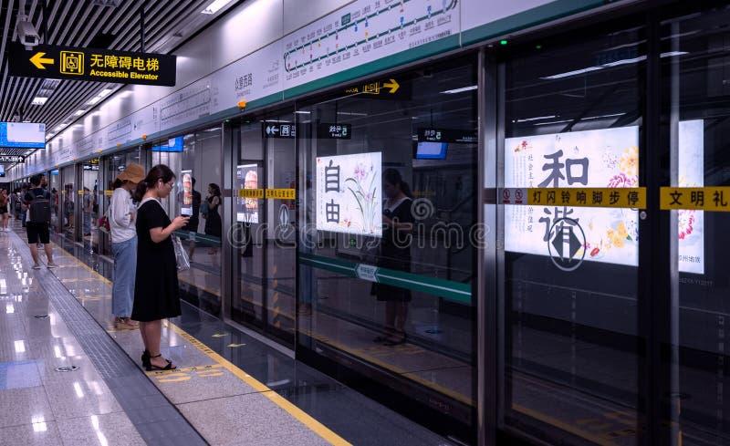 Binario della stazione della metropolitana, la gente che aspetta in Cina immagine stock