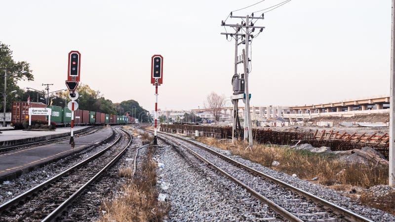 Binario ferroviario in campagna nella stazione tailandese di Bangsue di nome fotografie stock