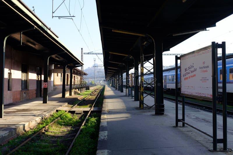 Binario vuoto ad una piccola stazione ferroviaria fotografie stock libere da diritti
