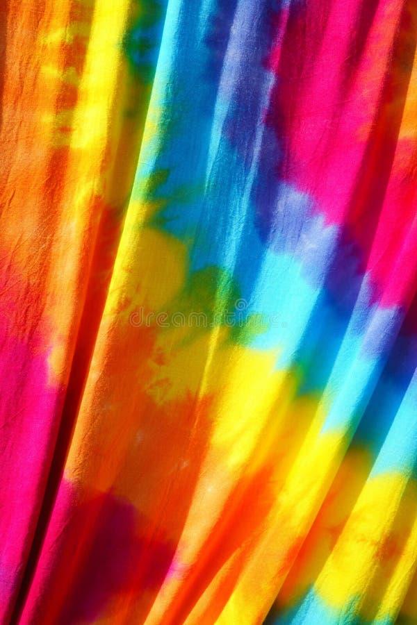 Binden Sie gefärbtes Muster auf dem Baumwollgewebe, das am sonnigen Tag für fabri im Freien ist stockfotos