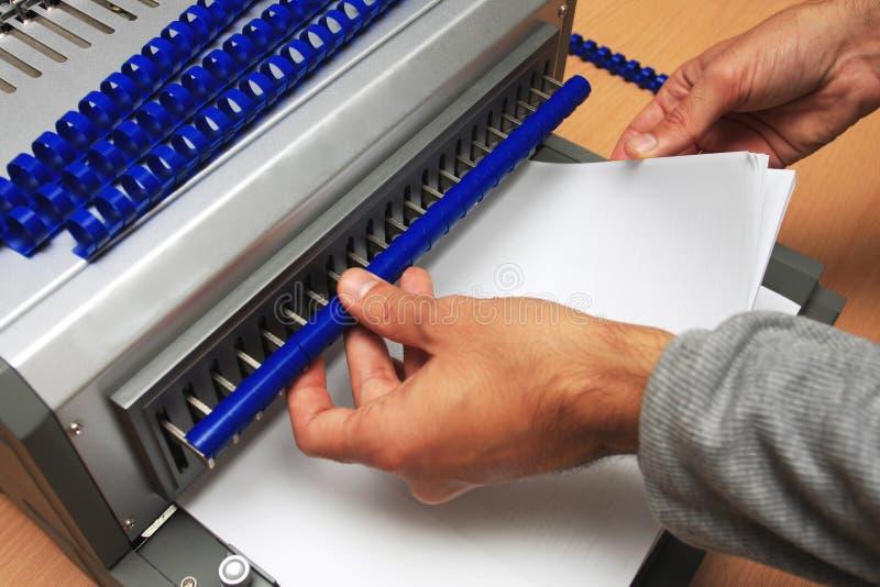 Bindende machine met de mens die aan het werkt stock foto's