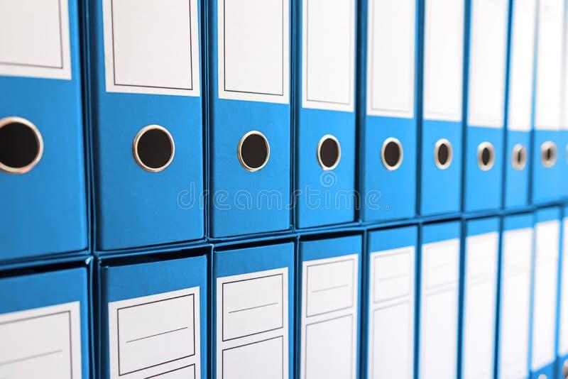 Bindmiddelenomslagen in plank, bindmiddelen op een rij royalty-vrije stock afbeelding