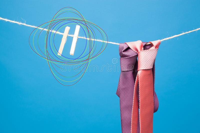 Bindung und sein Knoten auf einem Seil gehalten durch ein Paar Pinzette lizenzfreie stockbilder