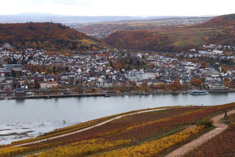 Bingen Tyskland vid Rhinet River som omges av höstfärger royaltyfri fotografi