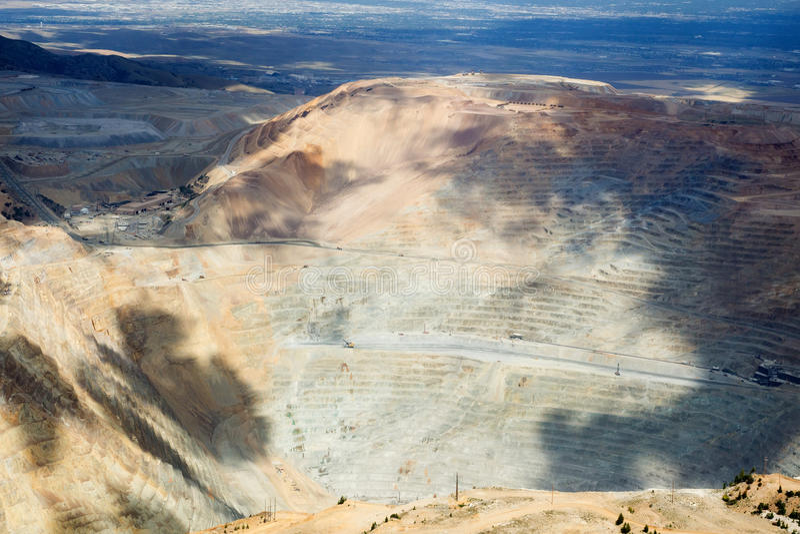 Bingham Canyon Mine, också som är bekant som Kennecott kopparminen, är engrop som bryter operationen som drar ut en stor porfyrco arkivfoto