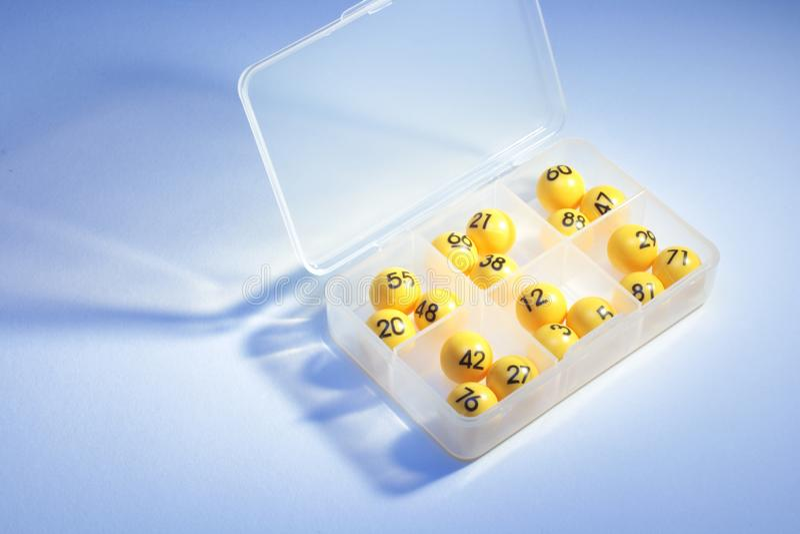 Bingo-Bälle im Kunststoffkoffer lizenzfreie stockfotos