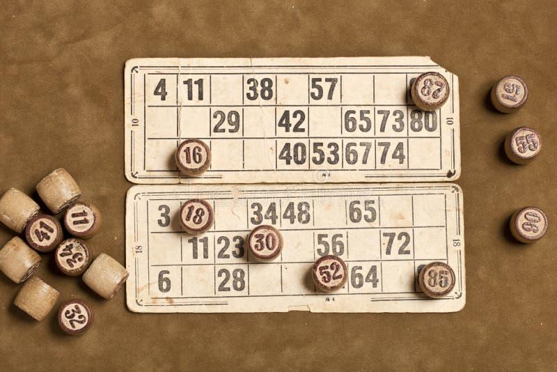 Bingo del gioco della Tabella Barilotti di legno con la borsa, carte da gioco del lotto per il gioco da tavolo del lotto, svago,  fotografia stock libera da diritti