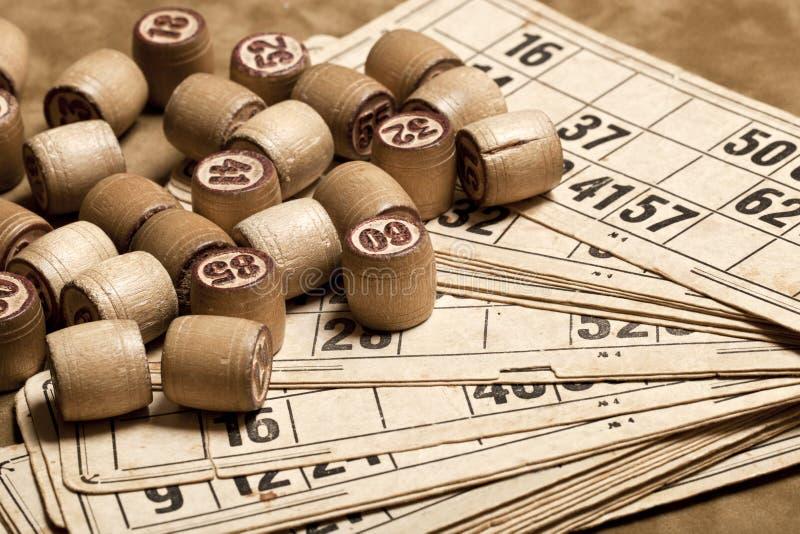 Bingo för tabelllek Trälottotrummor med påsen, spela kort för lottokortspelet, fritid, lek, strategi som spelar, lotteri, royaltyfria bilder