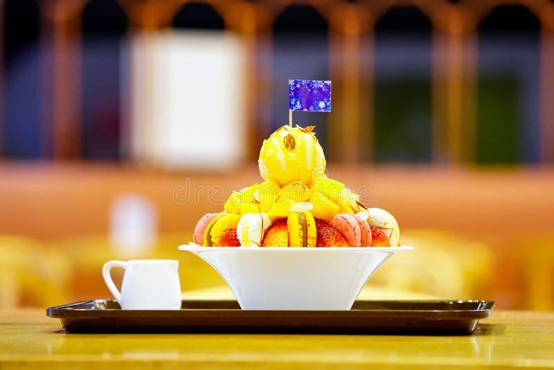 Bingsu, азиатский лед, свежий десерт лета с macron, клубника, миндалина и ванильное мороженое Побритый и политый с услащенный стоковое изображение rf