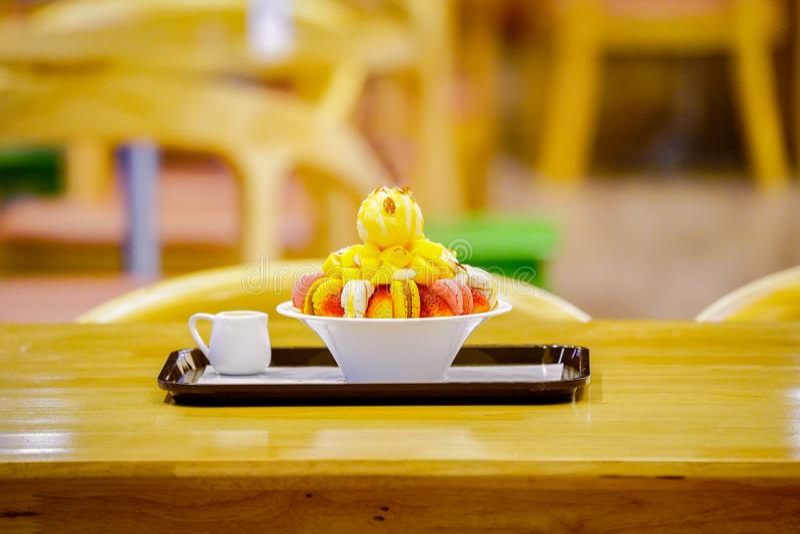 Bingsu, азиатский лед, свежий десерт лета с macron, клубника, миндалина и ванильное мороженое Побритый и политый с услащенный стоковое изображение