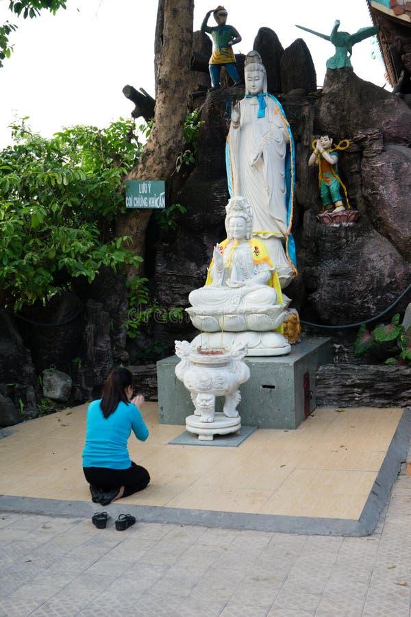 """Binh Duong, †de Vietnam """"15 de diciembre de 2017: Mujer joven que ruega a Buda en la montaña de Chau Thoi imagenes de archivo"""