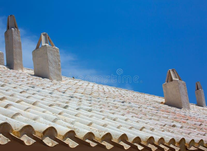Binibequer Vell en la chimenea blanca Sant Luis del tejado de Menorca fotos de archivo