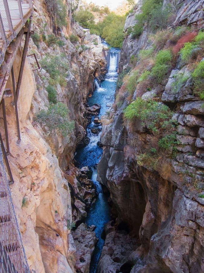 Binnen Caminito del Rey, watervalmening stock foto's