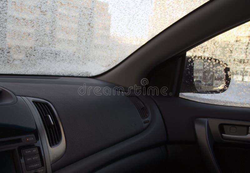 Binnen de auto in ijzige wintertijd royalty-vrije stock foto