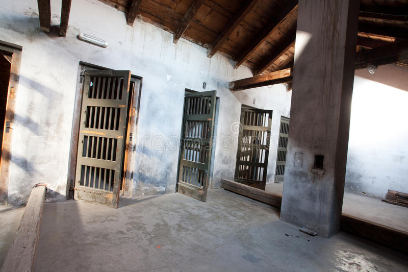 Binnen de barakken van concentratiekamp stock foto