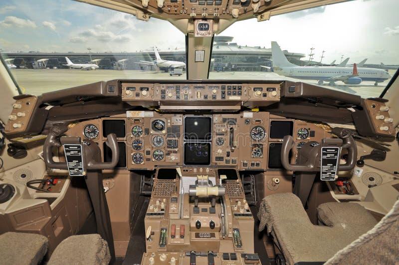 Binnen de cockpit van Boeing in luchthaven royalty-vrije stock afbeelding
