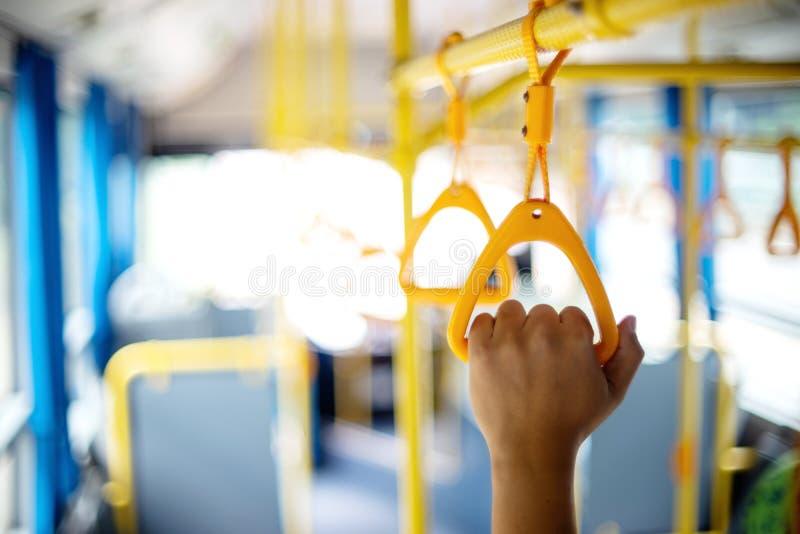 binnen de greep van de bus gele hand voor de passagier om te houden royalty-vrije stock afbeeldingen