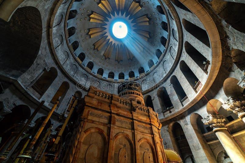 Binnen de Kerk van het Heilige Grafgewelf in Jeruzalem stock foto's