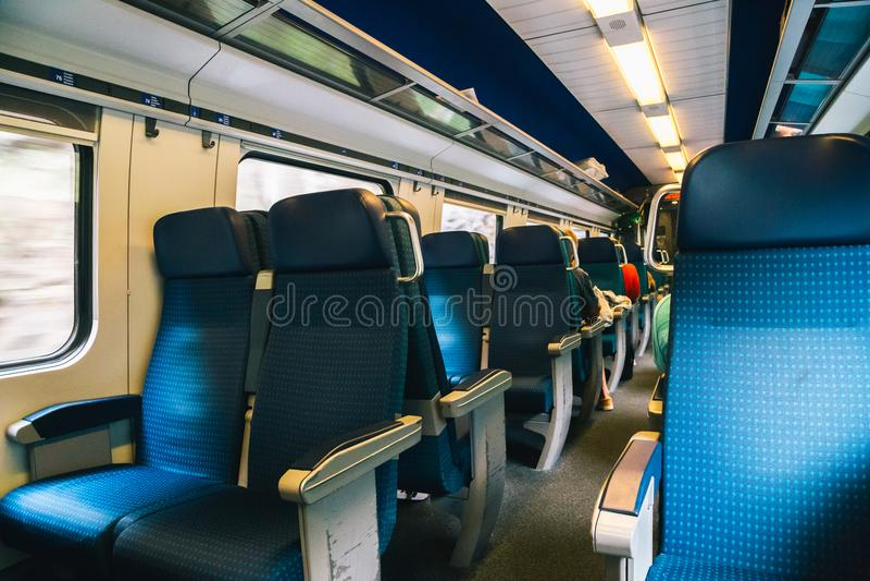 Binnen de moderne trein in Zwitserland stock afbeelding