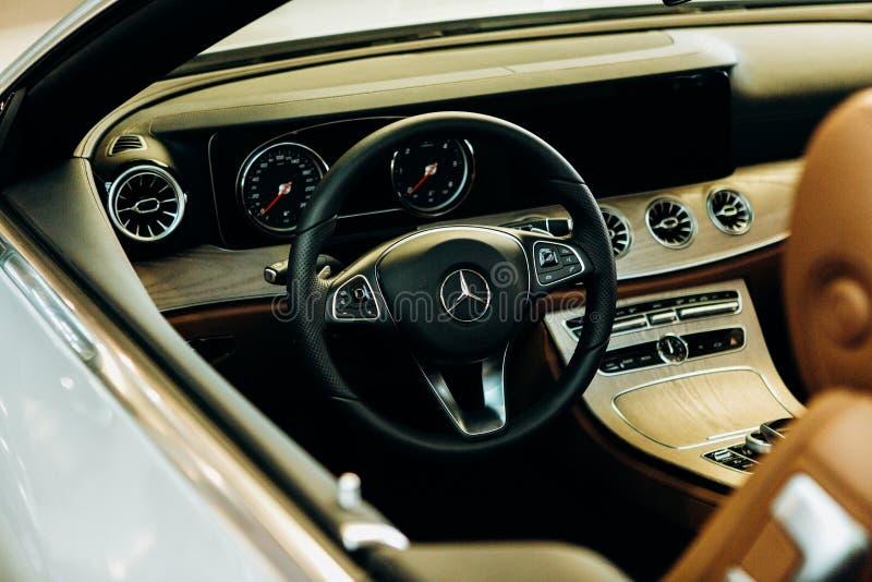 Binnen de nieuwe Mercedes-Benz-auto stuurwiel en dashboard Moderne Duitse auto royalty-vrije stock afbeeldingen